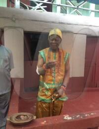 Igwe Kenneth Onyeneke Orizu III breaking kolanut